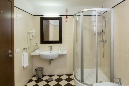 cabin-shower-from-standard-double-street-view-room